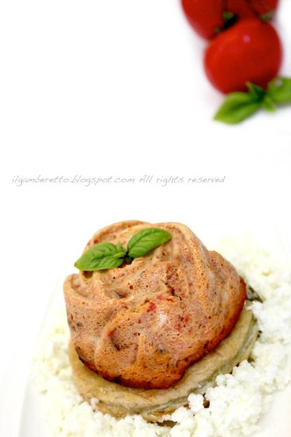 budini salati di pomodori confit su frolla al basilico e stracciatella di mozzarella di bufala