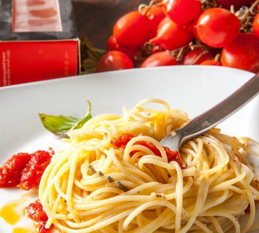 spaghetti-cacio-e-pepe-e-pomodorino-del-piennolo-del-vesuvio