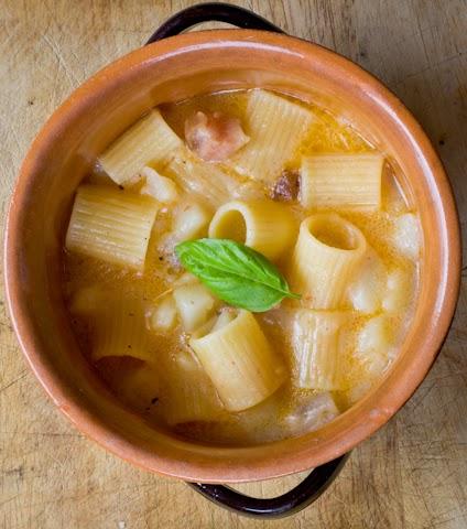 La ricetta della Pasta e patate alle croste di parmigiano