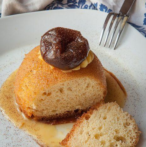 Babà di farina di Grano del Miracolo, crema ai fichi caramellati e cannella di Ceylon